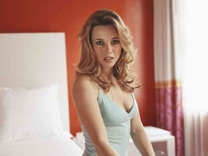 Linda Cardellini Net Worth, Height, Age, Affair, Career, and More